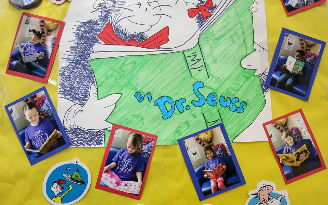 """Un cartel de la clase de kindergarten para Nikki McGuire cuelga de una puerta en Staton Elementary en Las Vegas, el martes 5 de marzo de 2019. Todos los martes, la escuela lleva camisetas de """"Hope ..."""