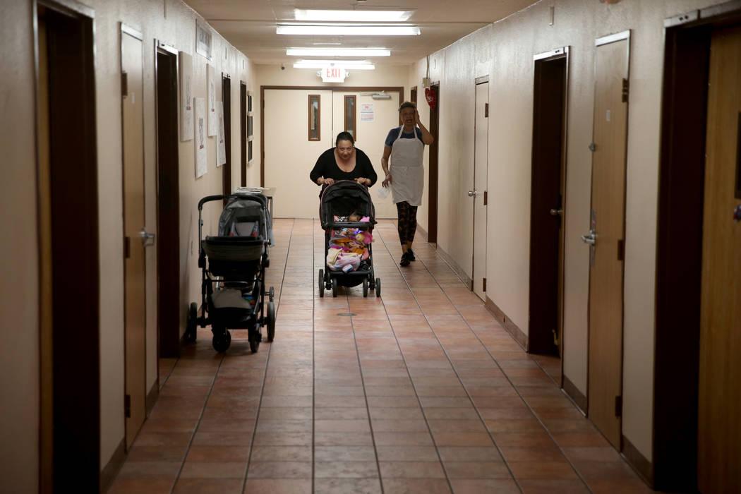 """Carolina con su hija de un año, Jazmin, a la izquierda, en un nuevo pasillo de viviendas de transición, llamada """"Second Chance Wing"""" en WestCare Nevada Women and Children's Campus en Las Vegas, ..."""