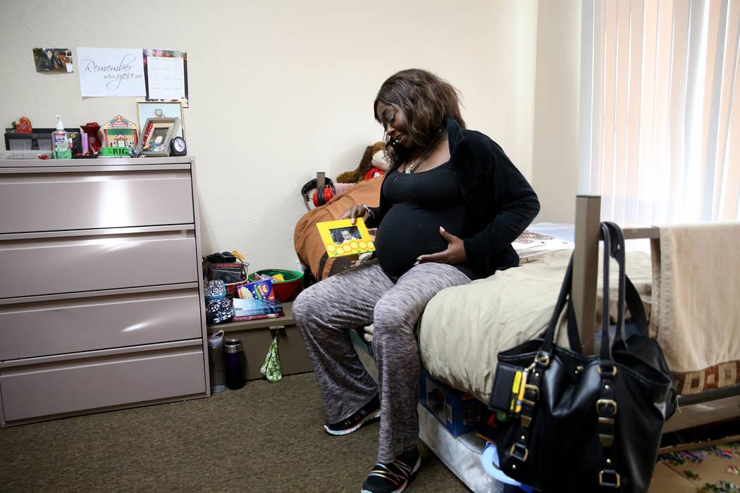 """Annette Marie, que tiene 24 semanas de embarazo, con una foto de su otro hijo en su habitación en la nueva área de vivienda de transición, llamada """"Second Chance Wing"""", en el campus de mujeres ..."""
