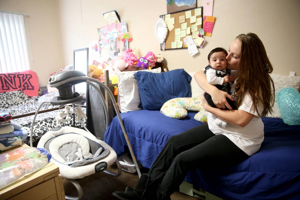 """Cynthia Constanzo con su hijo de 3 meses de edad, Isaiah, en su habitación en la nueva área de vivienda de transición, llamada """"Second Chance Wing"""", en el campus de mujeres y niños de WestCare ..."""
