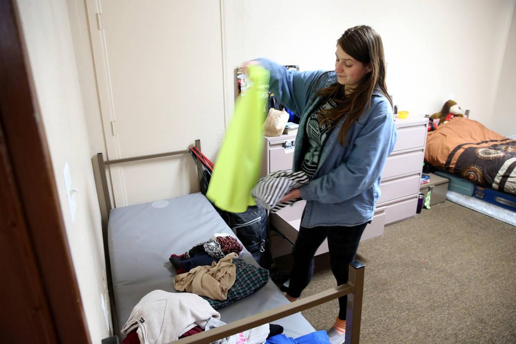 """Laurie, quien tiene 34 semanas de embarazo, se muda a su habitación en la nueva área de vivienda de transición, llamada """"Second Chance Wing"""", en el campus de mujeres y niños de WestCare Nevada ..."""