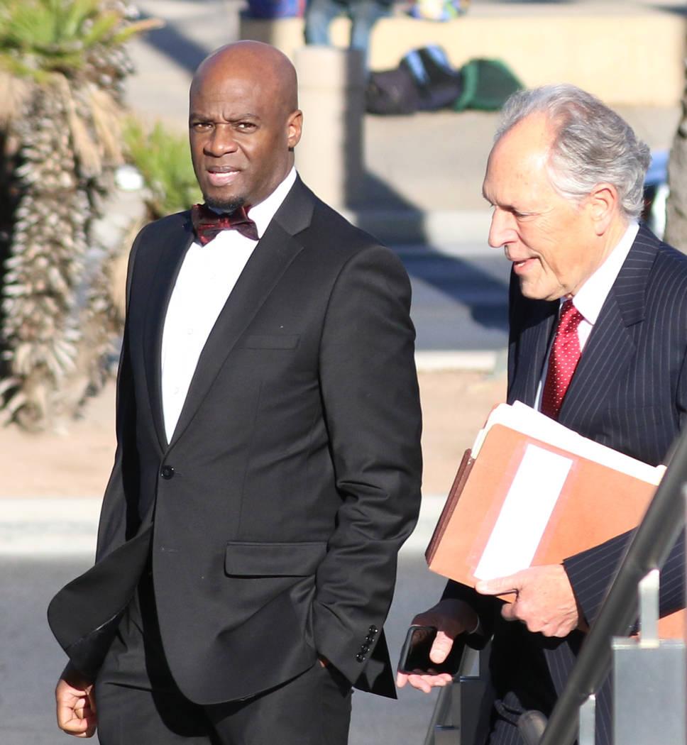 El ex líder de la mayoría en el Senado de Nevada, Kelvin Atkinson, a la izquierda, y su abogado, Richard Wright, llegan al Palacio de Justicia de los Estados Unidos Lloyd George el lunes, 11 de ...