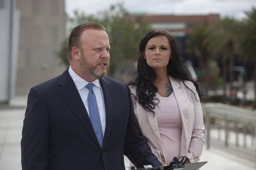 El abogado y el comisionado del Condado de Clark, Tick Segerblom, se dirige a los medios de comunicación junto a su clienta, Jennifer Glover, en el exterior del juzgado federal de Las Vegas, el l ...