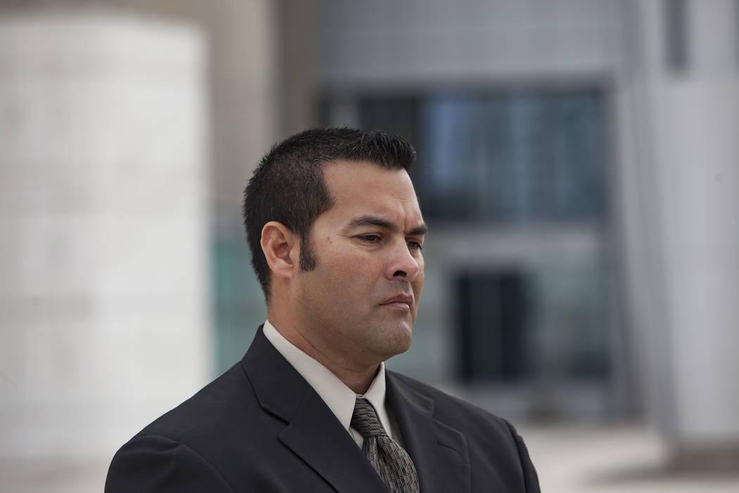 Gus Redding se encuentra frente a los medios de comunicación fuera del juzgado federal de Las Vegas, el lunes 11 de marzo de 2019. Redding es un empleado actual del Sitio de Seguridad Nacional de ...