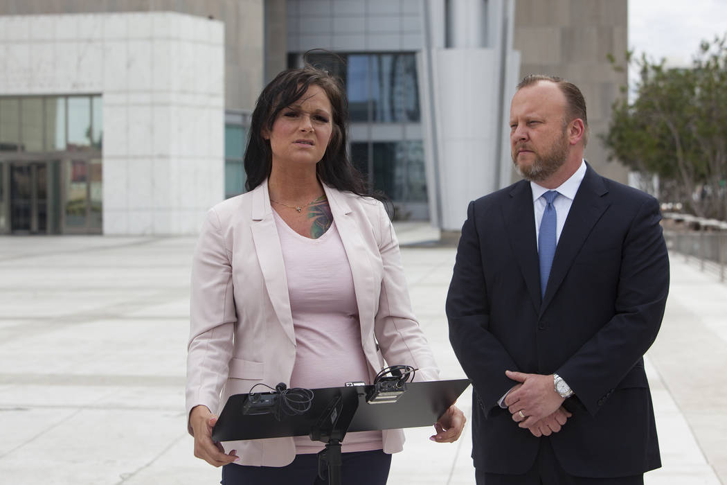 Jennifer Glover se dirige a los medios de comunicación junto a su abogado, Jay Ellwanger, frente a la casa de la corte federal en Las Vegas, el lunes 11 de marzo de 2019. Glover es ex empleada de ...
