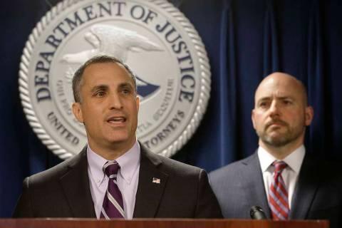 El agente especial del FBI a cargo de la División de Boston, Joseph Bonavolonta, izquierda, y el abogado para el Distrito de Massachusetts, Andrew Lelling, se enfrentan a los reporteros cuando an ...