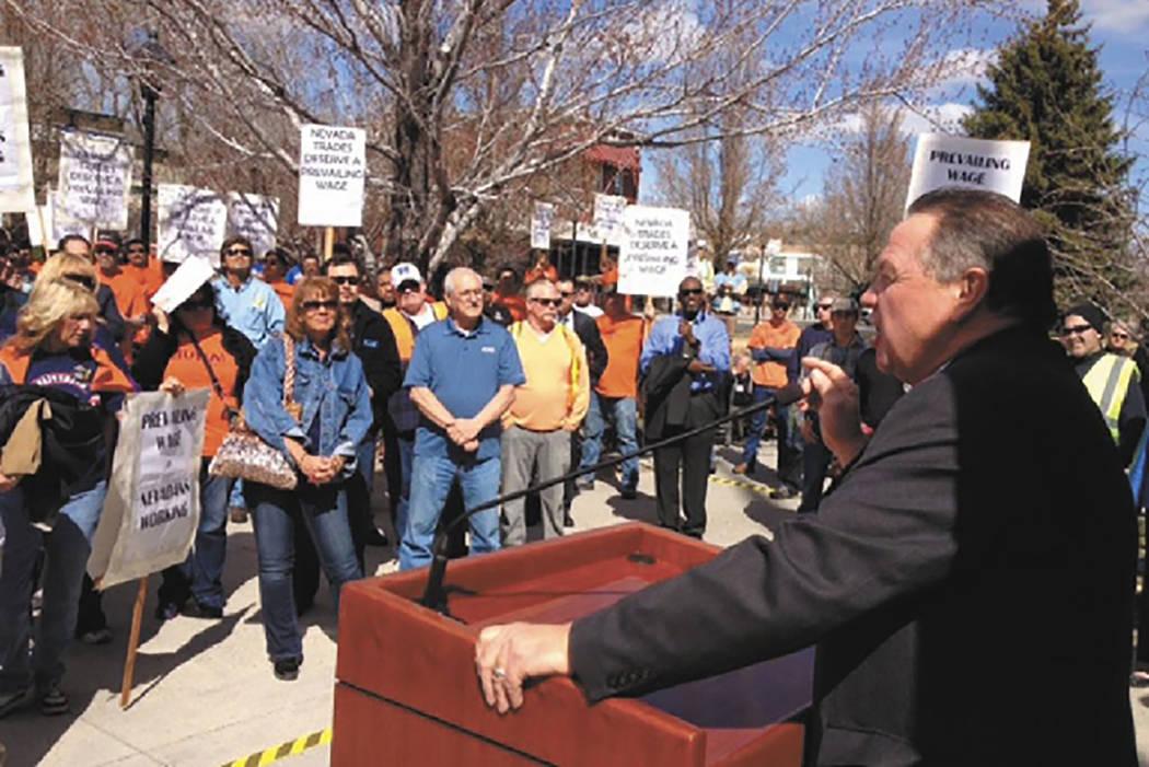 El líder de la AFL-CIO, Danny Thompson, habla a los manifestantes que se reunieron el miércoles frente al Capitolio en Carson City para protestar por los cambios propuestos para la ley de salari ...