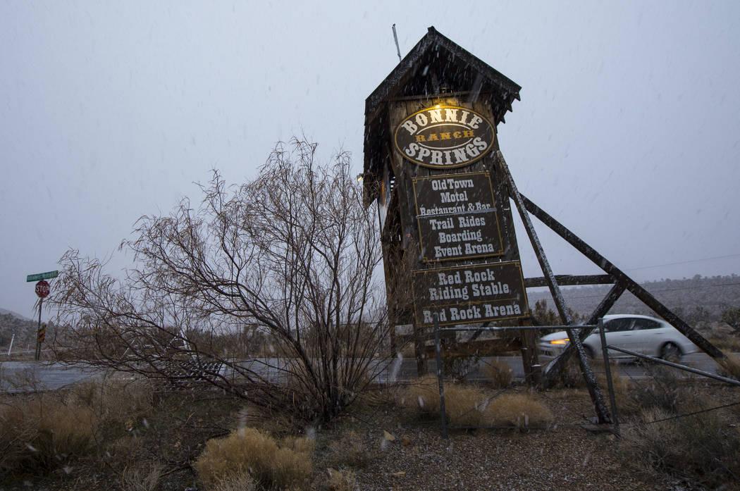 La nieve cae alrededor de la entrada de Bonnie Springs fuera de Las Vegas el miércoles 20 de febrero de 2019. (Chase Stevens / Las Vegas Review-Journal) @csstevensphoto