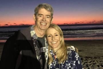 Elisabeth Kimmel, a la derecha, y su esposo Gregory (Facebook)