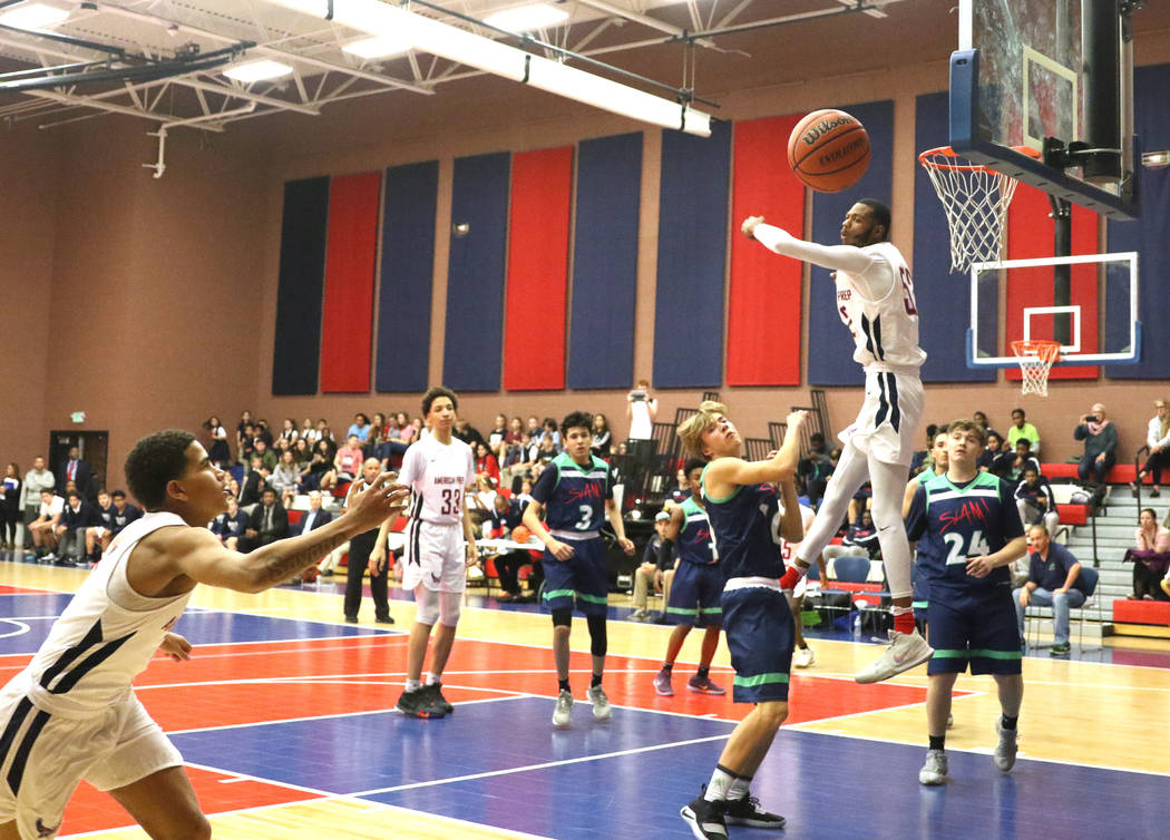 Darren Jones (52) juega al baloncesto durante un juego contra SLAM Academy en la American Preparatory Academy en Las Vegas, jueves 17 de enero de 2019. (Heidi Fang / Las Vegas Review-Journal) @Hei ...