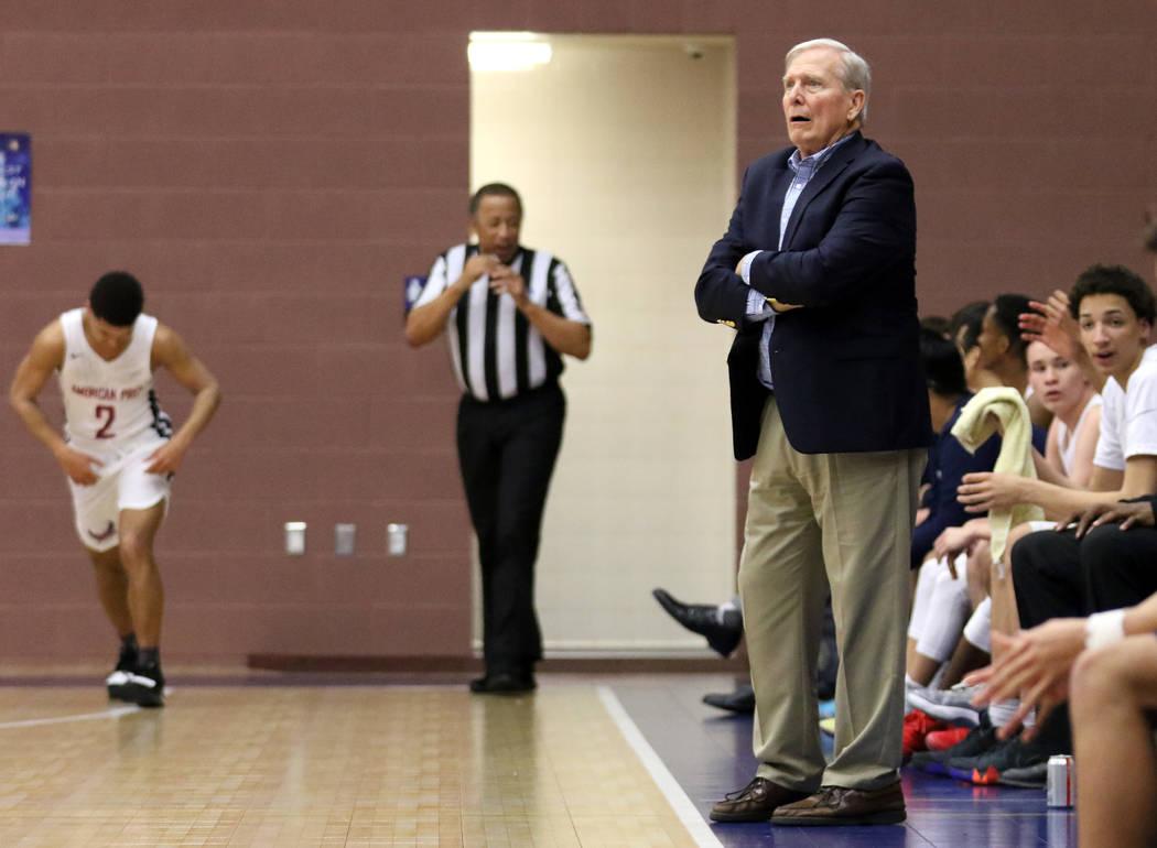 El entrenador de baloncesto y director atlético de American Preparatory Academy, Dave Bliss, a la derecha, le da instrucciones a su equipo durante un juego en casa contra SLAM Academy en Las Vega ...
