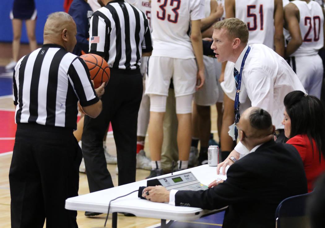 El director secundario de American Preparatory Academy, Nik Hulet, asiste a un juego de baloncesto en el campus de la escuela en Las Vegas, el jueves 17 de enero de 2019. El director atlético y e ...