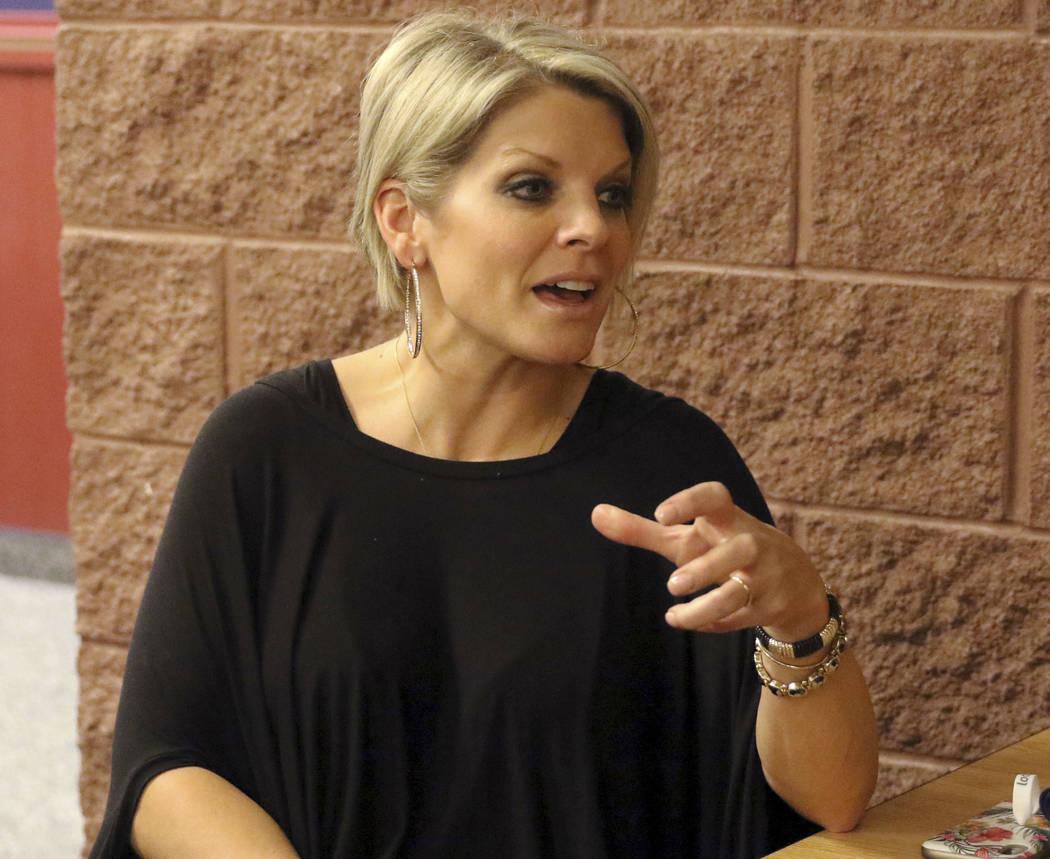 La directora de American Preparatory Academy, Rachelle Hulet, responde a una pregunta sobre la contratación del director atlético Dave Bliss durante una entrevista en el campus de la escuela en ...