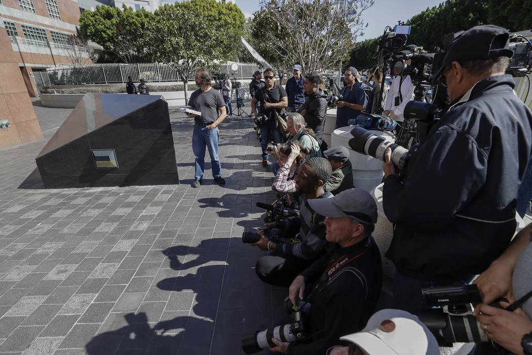 Los miembros de los medios de comunicación esperan fuera de la corte federal para cuestionar a la actriz Lori Loughlin el miércoles 13 de marzo de 2019 en Los Ángeles. Cincuenta personas, inclu ...