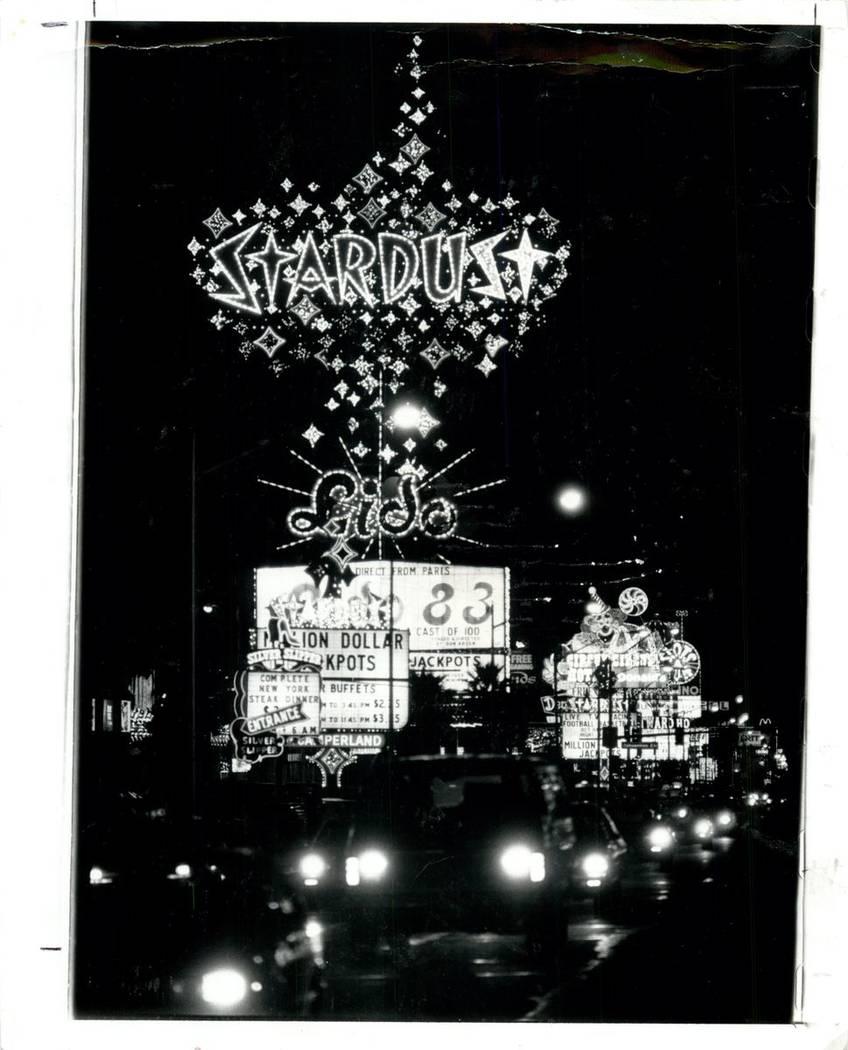 El letrero de Stardust ilumina la noche en el Strip en 1983. (Jim Laurie / Las Vegas Review-Journal)