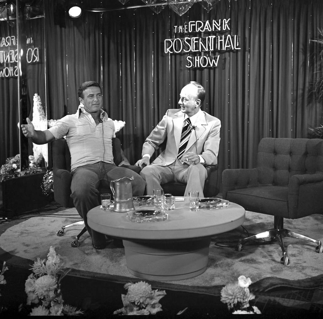 """El actor Robert Conrad, a la izquierda, habla con el presentador Frank Rosenthal durante una aparición en """"The Frank Rosenthal Show"""" filmada en el Stardust el 22 de agosto de 1977. Rosenthal se h ..."""