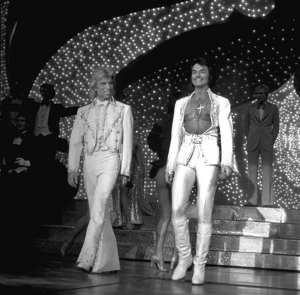 Siegfried Fischbacher, a la izquierda y Roy Horn suben al escenario durante su espectáculo de magia Siegfried & Roy en el Stardust Hotel el 3 de octubre de 1980. (Boyd Gaming)