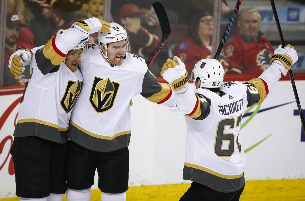 Mark Stone, centro de los Vegas Golden Knights, celebra su gol con sus compañeros de equipo durante el segundo período de hockey de la NHL contra los Calgary Flames en Calgary, Alberta, el domin ...