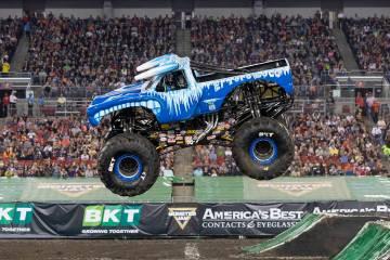 """La """"troca"""" Toro Loco, llega con todos los demás vehículos al """"Monster Jam"""", que se llevará a cabo el sábado 23 de marzo en el Sam Boyd Stadium. Vive la emoción de las acrobacias en el ..."""