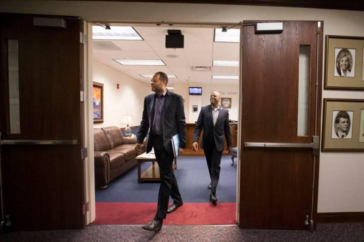 El líder de la mayoría del Senado, Aaron Ford, demócrata por Las Vegas, izquierda, y el senador Kelvin Atkinson, demócrata por North Las Vegas, durante su penúltimo día de la Legislatura de ...