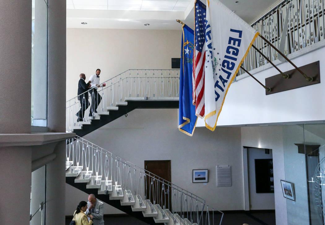 Los demócratas del Senado de Nevada Kelvin Atkinson, arriba a la izquierda, y Aaron Ford trabajan en las horas finales de la sesión en el Edificio Legislativo en Carson City, Nevada, el lunes 1 ...