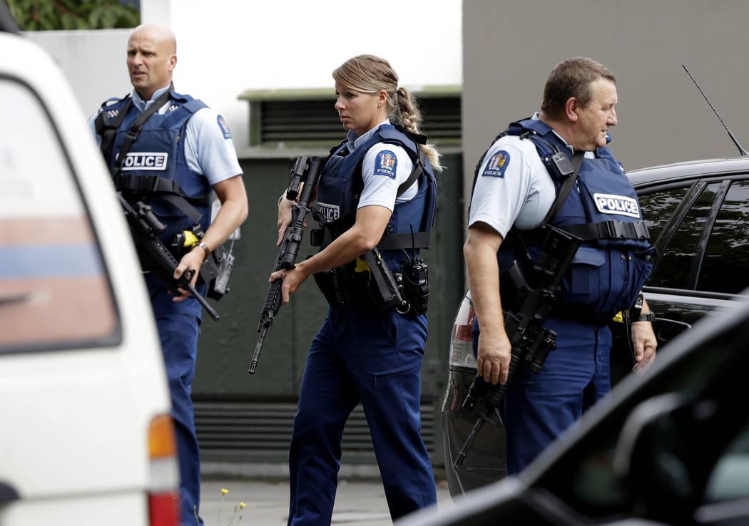 Policía armada patrulla frente a una mezquita en el centro de Christchurch, Nueva Zelanda, viernes 15 de marzo de 2019. (AP Photo / Mark Baker)