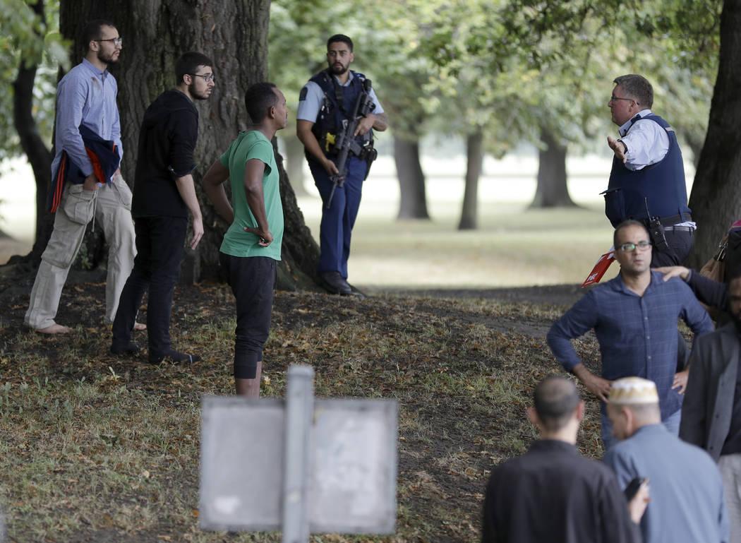 El viernes, 15 de marzo de 2019, la policía intenta alejar a la gente de las afueras de una mezquita en el centro de Christchurch, Nueva Zelanda. Muchas personas murieron en un tiroteo masivo en ...