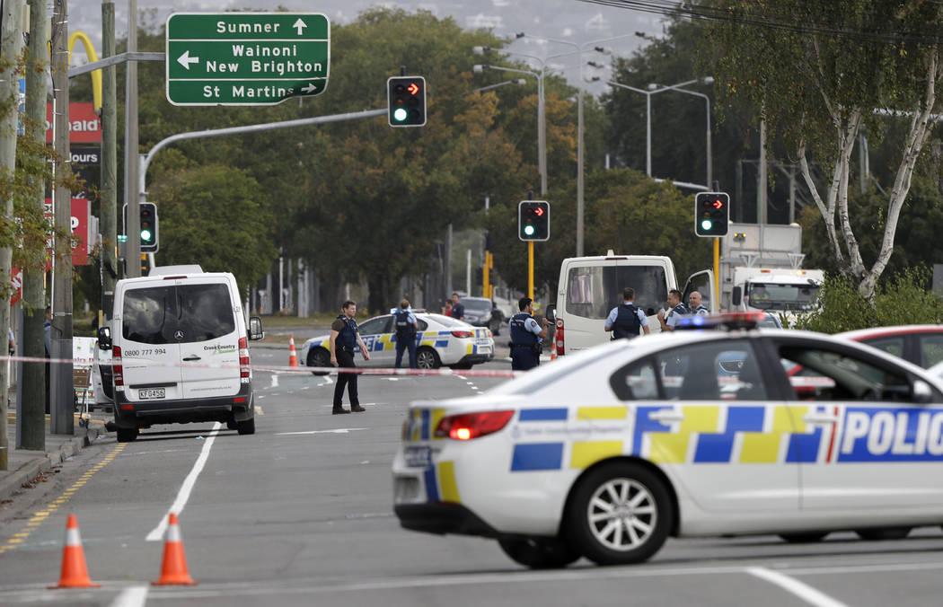 La policía bloqueó la carretera cerca del tiroteo en una mezquita en Linwood, Christchurch, Nueva Zelanda, el viernes 15 de marzo de 2019. Varias personas murieron durante los tiroteos en dos me ...