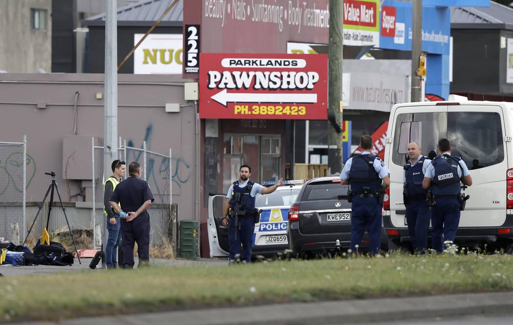 Policía parada frente a una mezquita en Linwood, Christchurch, Nueva Zelanda, el viernes 15 de marzo de 2019. Múltiples personas murieron durante tiroteos en dos mezquitas llenas de personas que ...