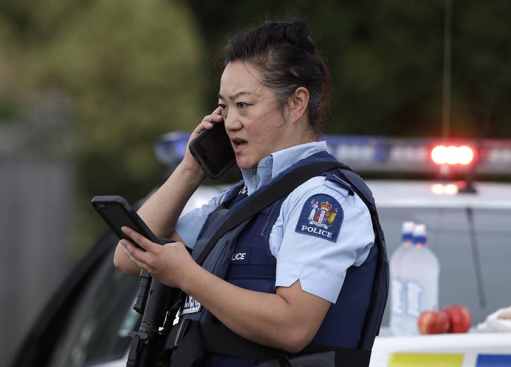 Un oficial de policía habla en su teléfono como una barricada cerca de un tiroteo masivo en una mezquita en Linwood, Christchurch, Nueva Zelanda, el viernes 15 de marzo de 2019. Múltiples perso ...