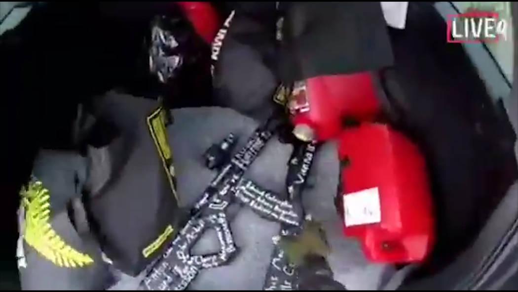 Esta imagen tomada del video del presunto tirador, que se filmó el viernes 15 de marzo de 2019, muestra un arma en su vehículo en Nueva Zelanda. Un testigo dice que muchas personas han muerto en ...