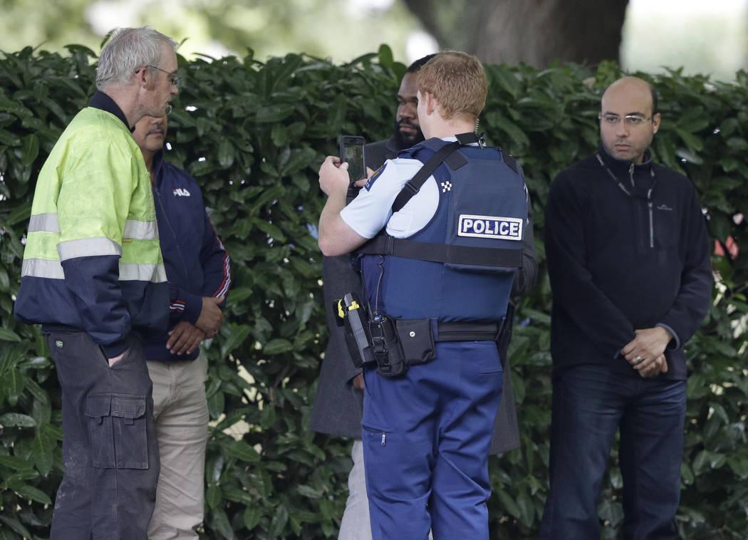 Un oficial de la policía fotografía a testigos cerca de una mezquita en el centro de Christchurch, Nueva Zelanda, el viernes 15 de marzo de 2019. Múltiples personas murieron en tiroteos en masa ...