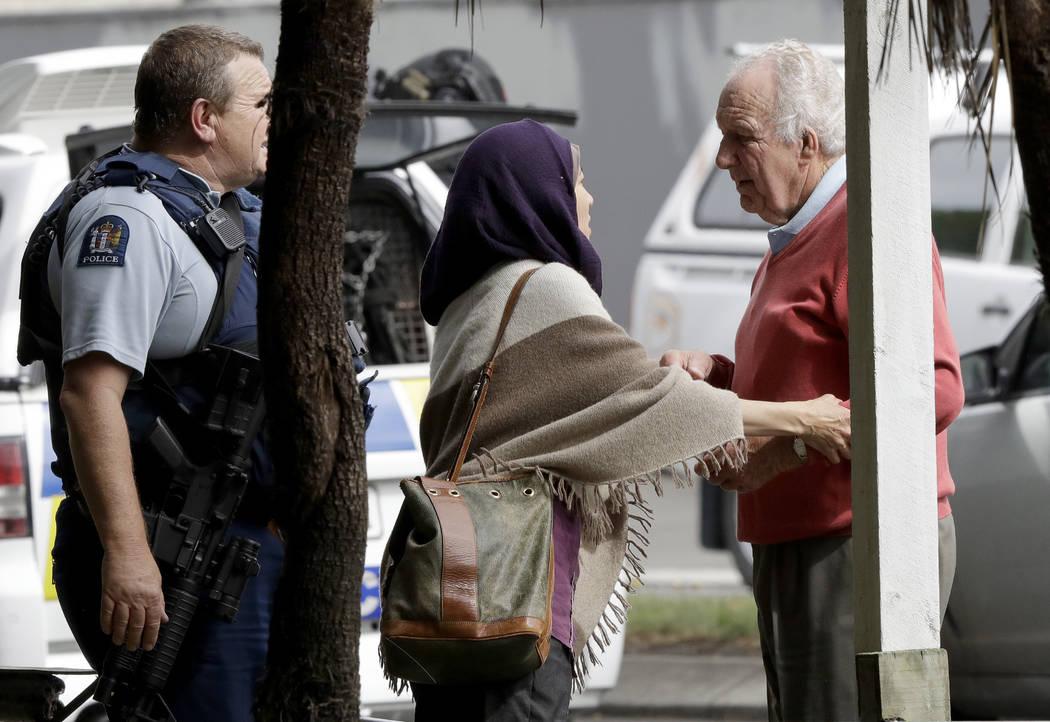 La policía escolta a personas fuera de una mezquita en el centro de Christchurch, Nueva Zelanda, el viernes 15 de marzo de 2019. Múltiples personas murieron en tiroteos masivos en dos mezquitas ...