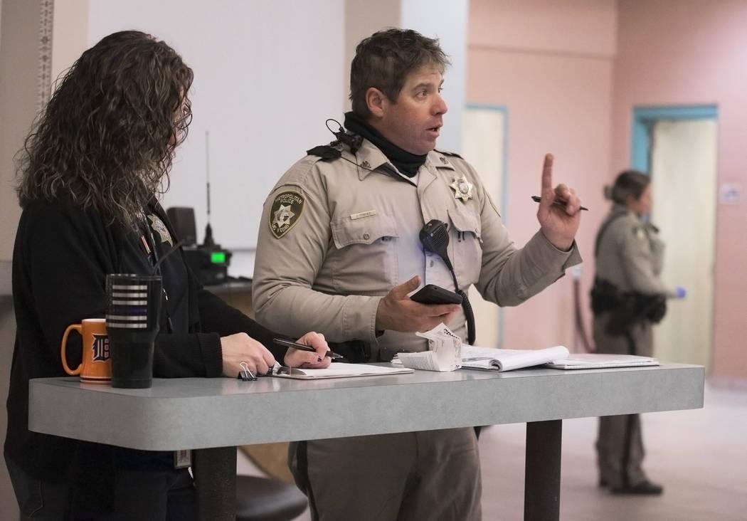 """El oficial de tránsito de LVMPD, Jason Strehle, en medio, pregunta a un presunto conductor incapacitado (fuera de cuadro) en la Oficina de Tránsito como parte de una """"campaña de DUI"""" el jueves ..."""