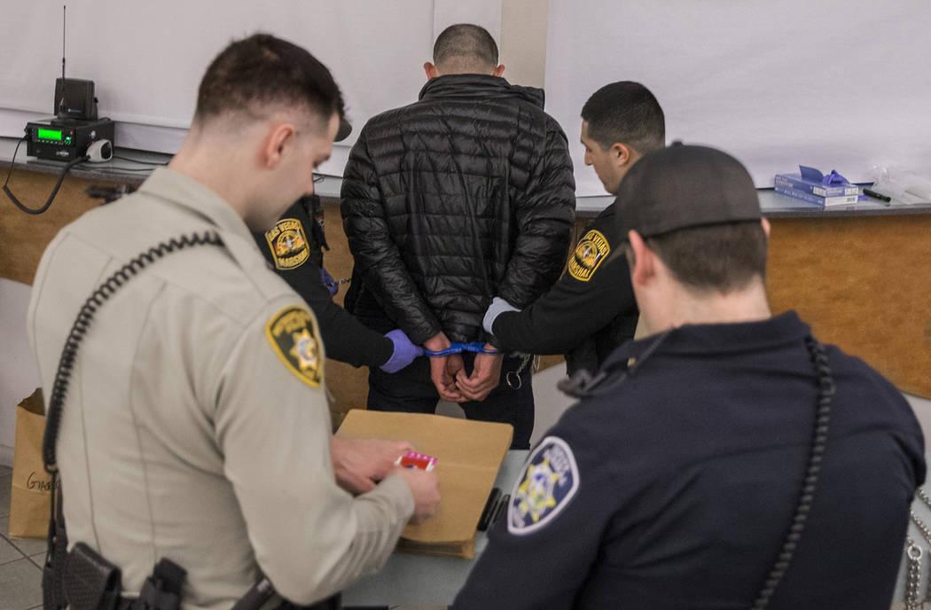"""A un conductor presuntamente incapacitado, derecha/inferior, se le extrajo sangre con la asistencia de los oficiales de LVMPD en la Oficina de Tránsito como parte de una """"campaña de DUI"""" el juev ..."""