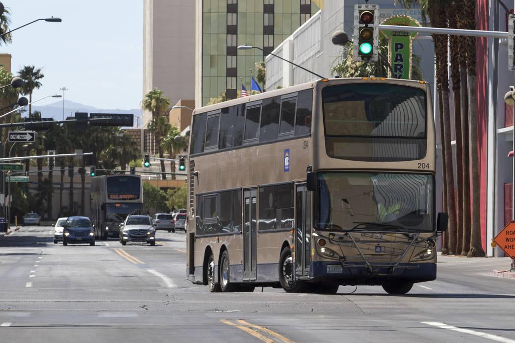 Un autobús de la RTC gira en Las Vegas Boulevard North desde East Carson Avenue en el centro de Las Vegas el 9 de junio de 2017. Richard Brian Las Vegas Review-Journal @vegasphotograph