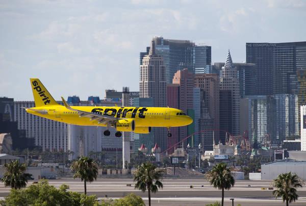 Un vuelo de Spirit Airlines se prepara para aterrizar en el Aeropuerto Internacional McCarran en Las Vegas el lunes 23 de julio de 2018. (Richard Brian Las Vegas Review-Journal @vegasphotograph)