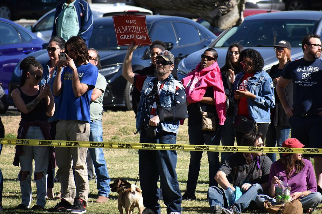 Algunos opositores de Sanders se manifestaron desde las inmediaciones del parque. Sábado 16 de marzo de 2019 en Morrell Park. Foto Anthony Avellaneda / El Tiempo.