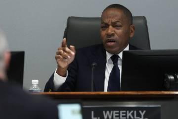 El comisionado del Condado de Clark, Lawrence Weekly, miembro de la junta de la Autoridad de Visitantes y Convenciones de Las Vegas, habla durante una reunión de la junta en el Centro de Convenci ...