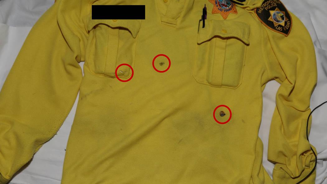 Esta foto publicada por el Departamento de Policía Metropolitana de Las Vegas muestra la camisa que llevaba un oficial de policía de Las Vegas que recibió disparos luego de un robo a mano armad ...