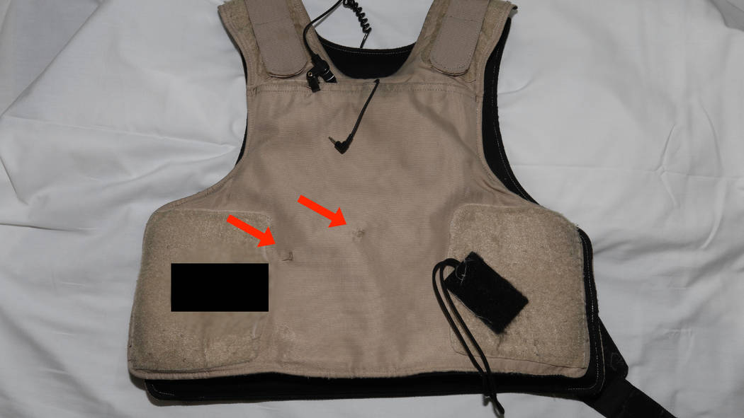 Esta foto publicada por el Departamento de Policía Metropolitana de Las Vegas muestra el chaleco antibalas usado por un oficial de policía de Las Vegas que recibió un disparo tras un robo a man ...