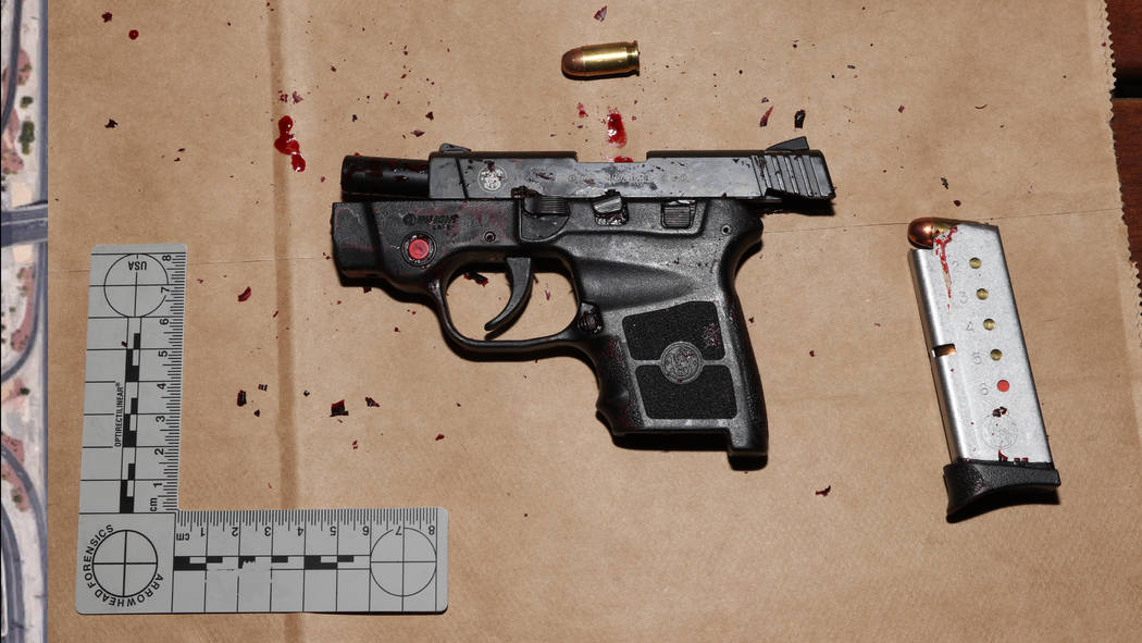 Esta foto publicada por el Departamento de Policía Metropolitana de Las Vegas muestra el arma utilizada por Michael Cohen durante un robo a mano armada en Bellagio el 15 de marzo de 2019. Cohen f ...