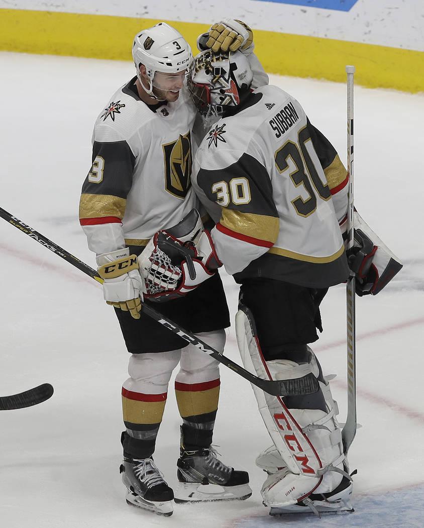 El defensa de los Golden Knights de Las Vegas, Brayden McNabb, a la izquierda, celebra con el portero Malcolm Subban (30) después de que los Golden Knights derrotaran a los San José Sharks en un ...