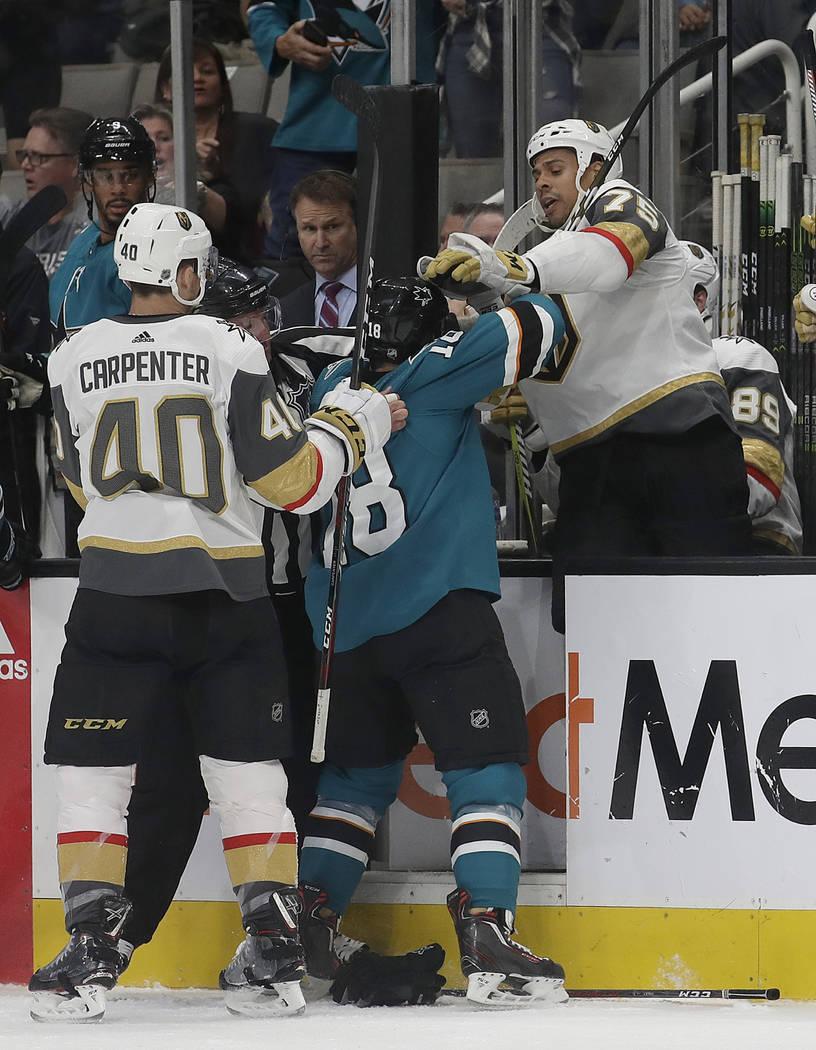 El centro de los San José Sharks, Micheal Haley, centro, persigue al ala derecha de los Vegas Golden Knights, Ryan Reaves (75), en el banquillo mientras el centro Ryan Carpenter (40) sostiene su ...