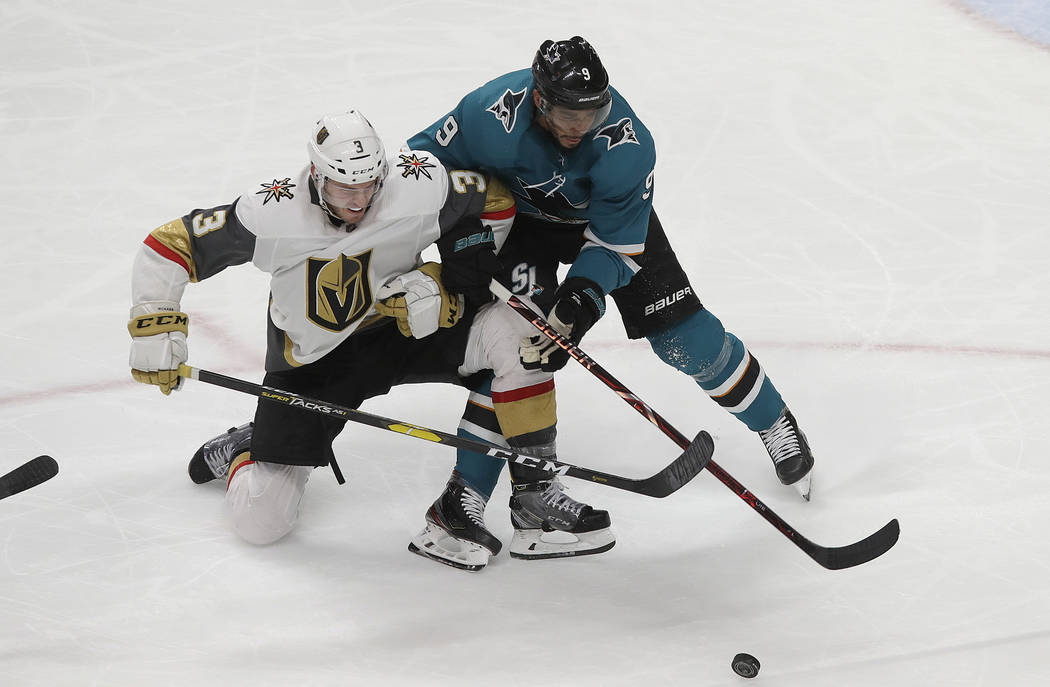 El ala izquierda de los San José Sharks, Evander Kane, a la derecha, busca el puck junto a Brayden McNabb, defensor de los Golden Knights de Las Vegas, durante el tercer período de un juego de h ...