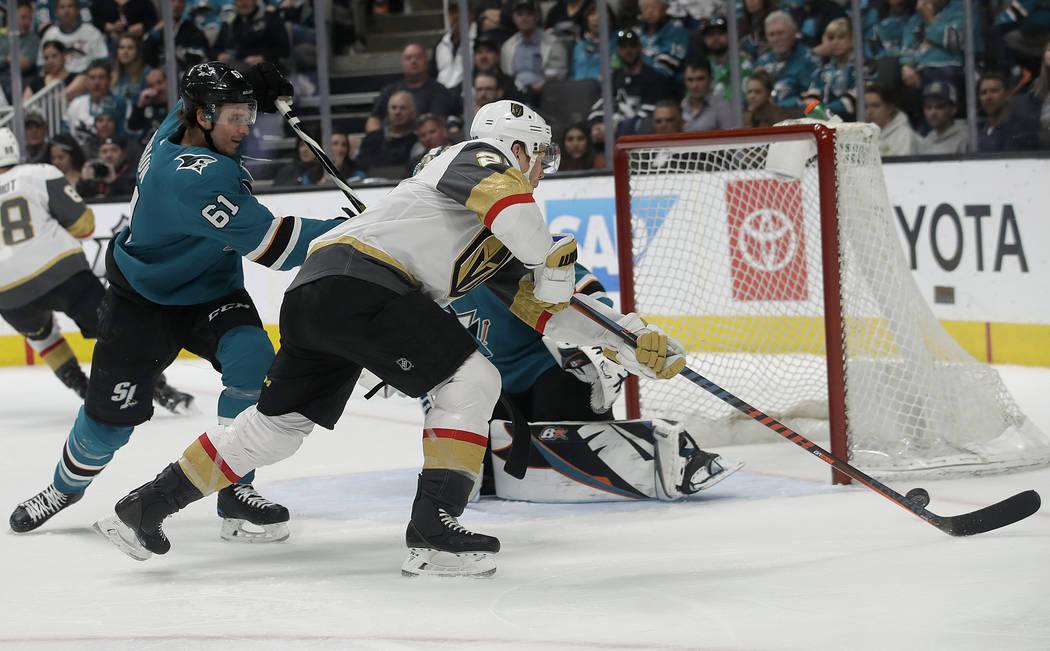 El centro de los Golden Knights de Las Vegas, Paul Stastny, centro, dispara contra el defensa Justin Braun (61) de los San José Sharks para marcar un gol durante el segundo período de un juego d ...