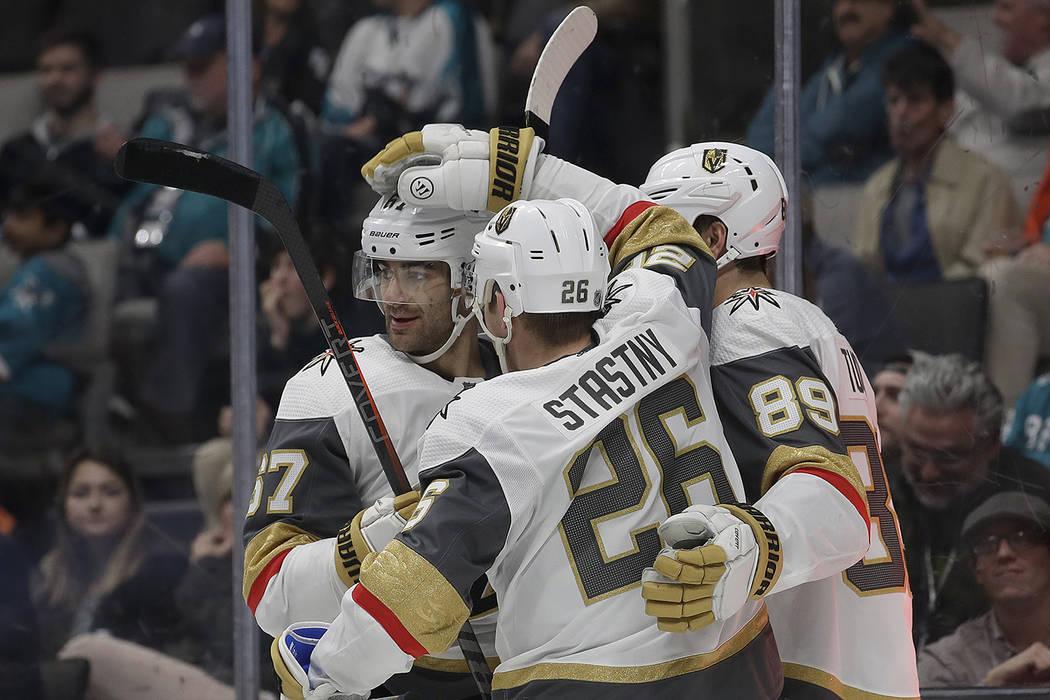El centro de los Golden Knights de Las Vegas, Paul Stastny (26), es felicitado por sus compañeros de equipo después de marcar un gol contra los San José Sharks durante el primer período de un ...