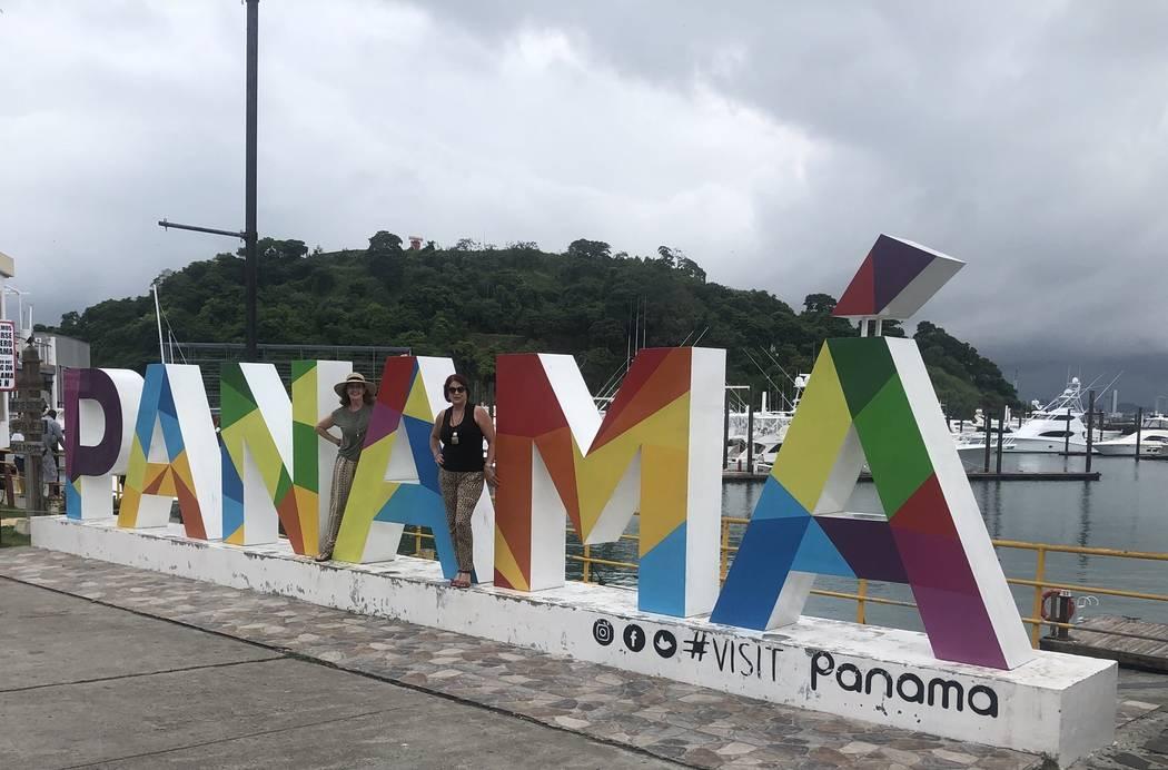 La alcaldesa de Henderson, Debra March, a la derecha, utilizó fondos de la campaña para pagar un viaje a Panamá en 2018 con Sallie Doebler, vicepresidenta de sociedades corporativas de la Cáma ...