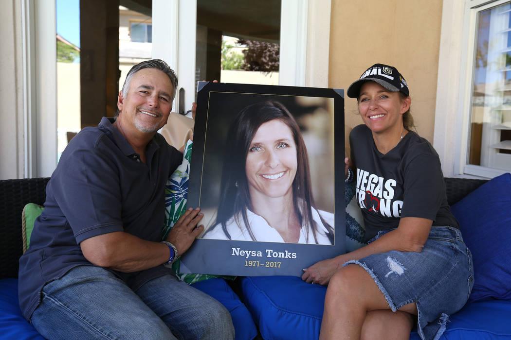Chris Davis, padre de la víctima del tiroteo en el festival Route 91 Harvest, Neysa Tonks, y su hija Mynda Smith, posan con una fotografía de Tonks el miércoles 26 de septiembre de 2018, en Las ...
