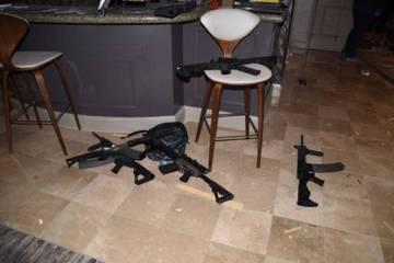 Las armas se muestran en la suite de Mandalay Bay de Stephen Paddock después del 1 de octubre de 2017, tras un tiroteo masivo en Las Vegas. (Departamento de Policía Metropolitana de Las Vegas)